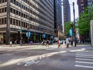 Photo of a busy Chicago street to demonstrate how online therapy in Illinois with a psychologist can save you time traveling to counseling sessions during rush hour